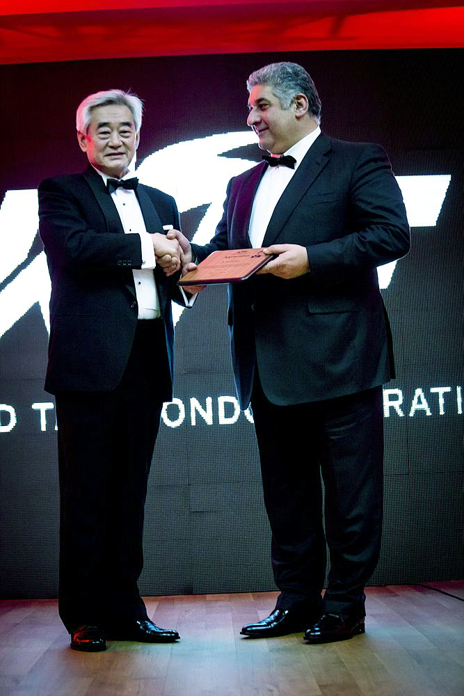 WTF President Chungwon Choue handing appreciation plaque to the Ministry of Youth and Sports of Azerbaijan Mr. Azad Rahimov