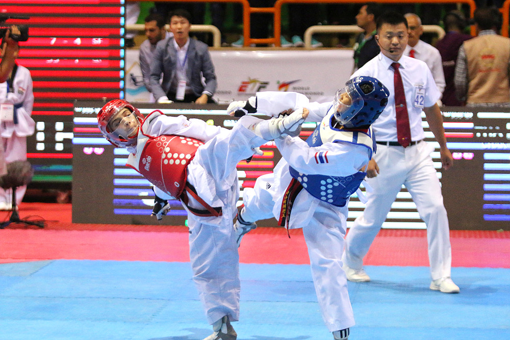 Masoumeh Ranjbar competes with Fasai Chaknok in the final match of F-29