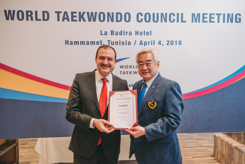 WT President Chungwon Choue (right) awards certificate to Istanbul for being selected as the host city for 2019 World Para Taekwondo Championships