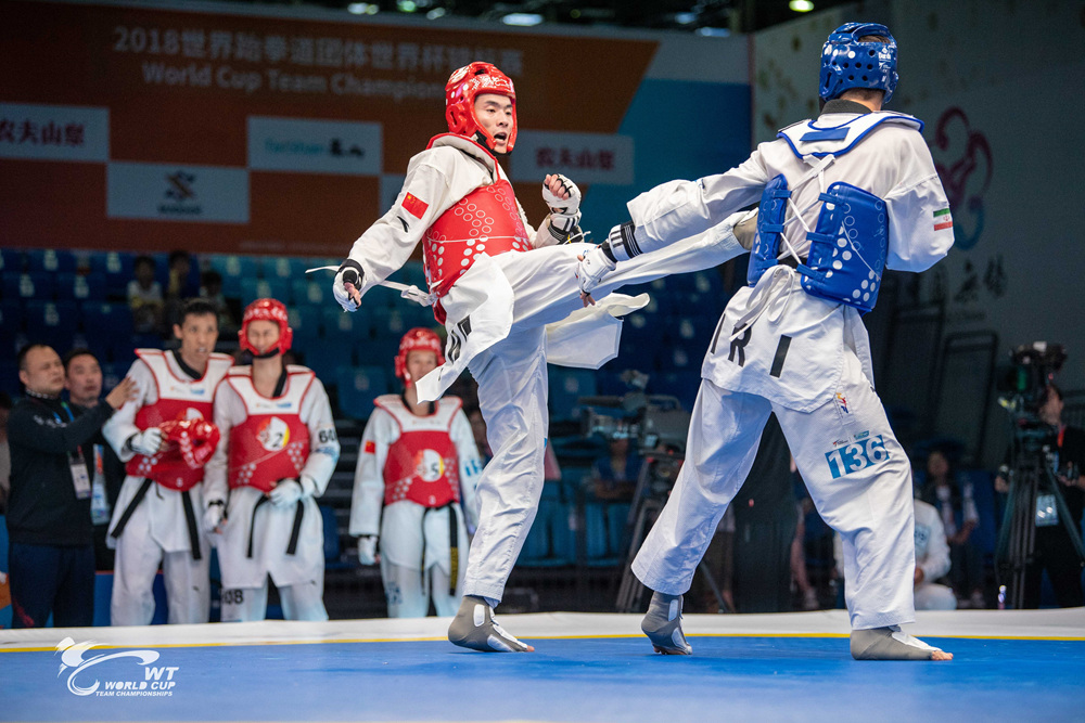 결승에서 한국과 격돌하는 중국팀 선수가 준결승에서 이란 상대팀을 공격하고있다.