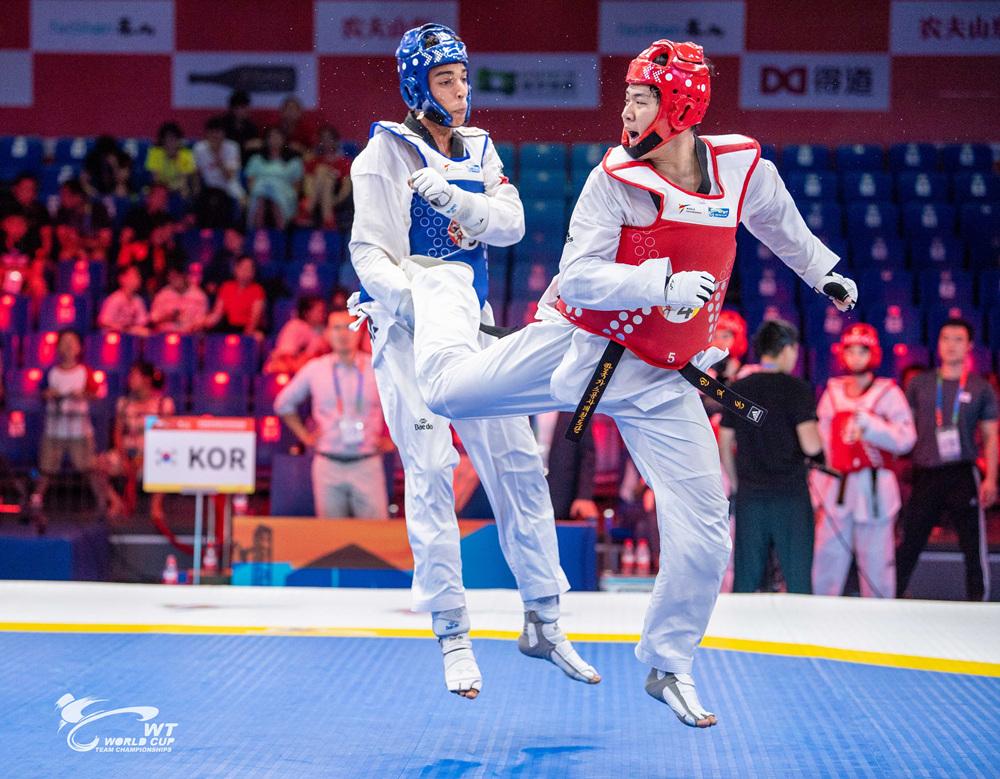 인교돈(오른쪽)이 준결승에서 상대팀을 공격하고있다