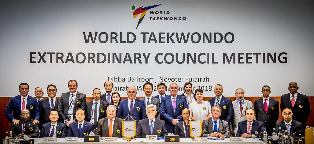 세계태권도연맹 조정원 총재와 집행위원들의 단체 기념사진