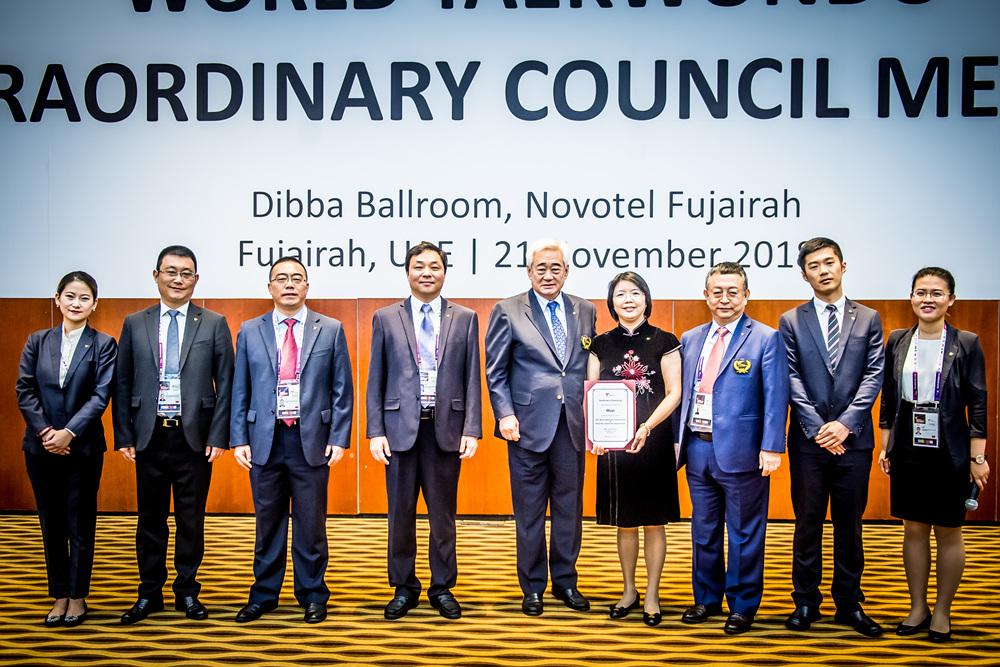 조정원 총재(왼쪽 다섯번째)와 2021 세계태권도선수권, 세계장애인태권도선수권 개최지로 선정된 우시 부시장 리우시아(Liu Xia) 및 우시 관계자들의 단체사진