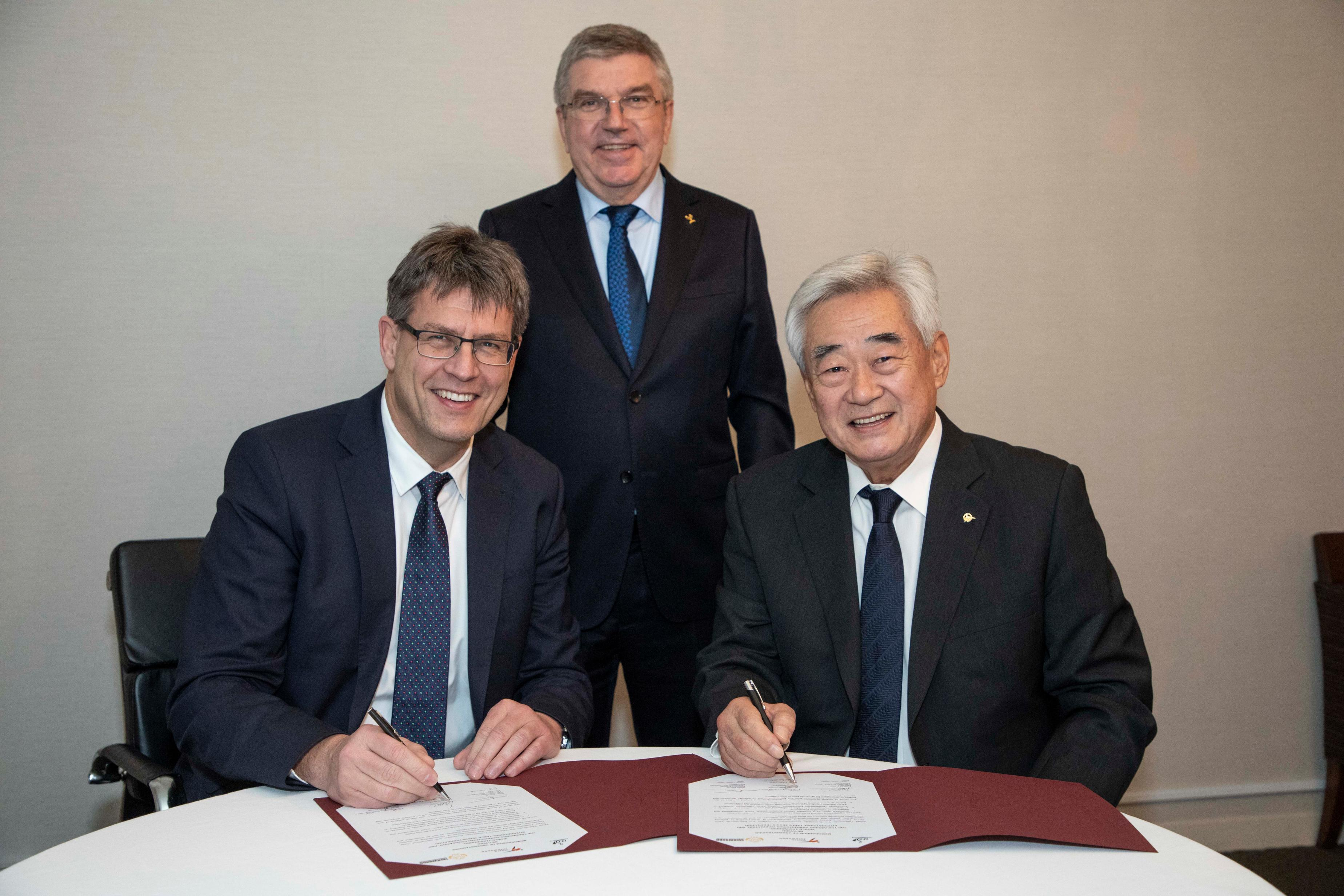 2018.11.28_ ITTF President Thomas Weikert (left), IOC President Thomas Bach (middle), and WT President Chungwon Choue (right) poses during the signing of WT-ITTF MOU