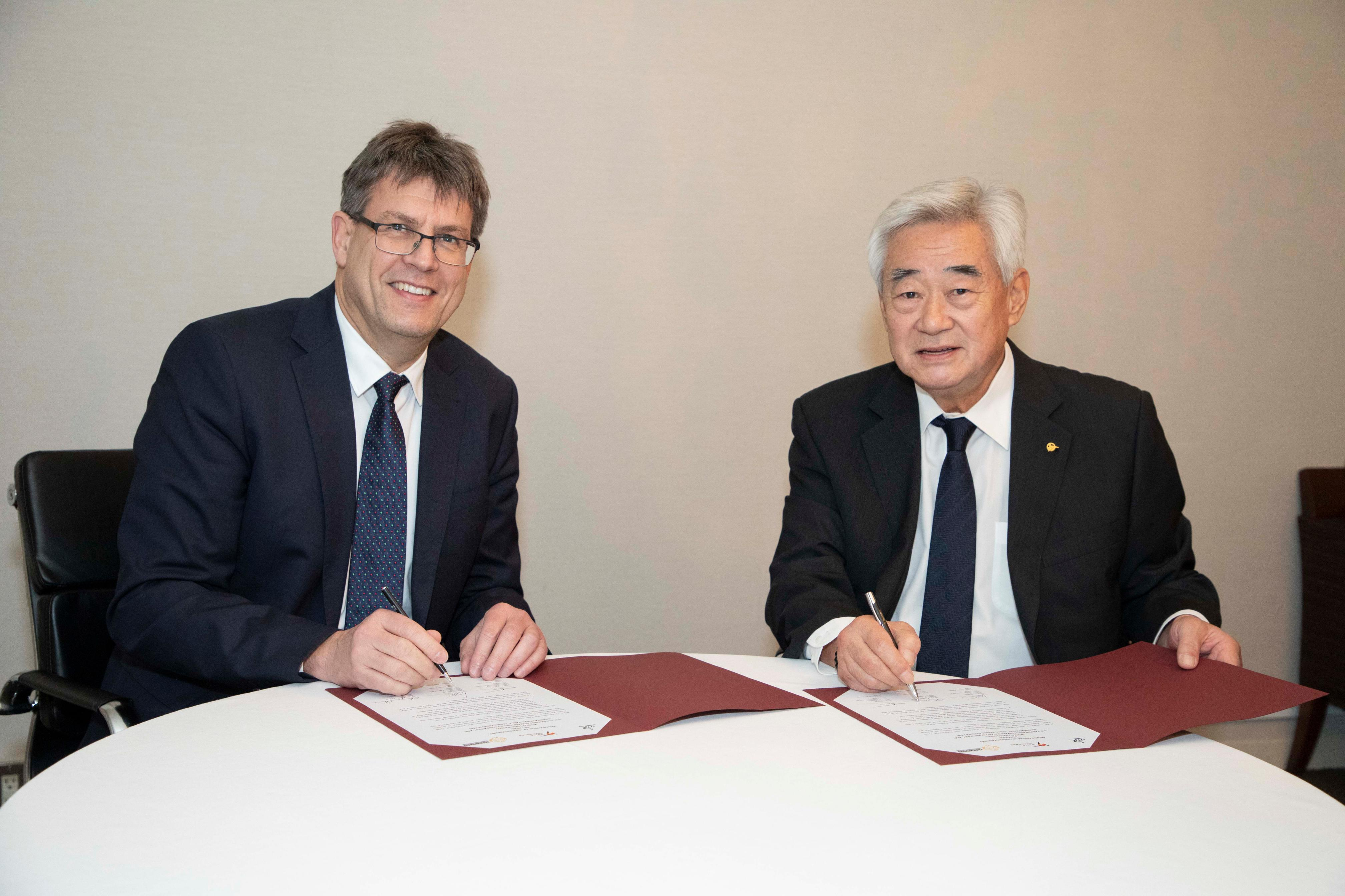 2018.11.28_ ITTF President Thomas Weikert (left), and WT President Chungwon Choue (right) signing the WT-ITTF MOU