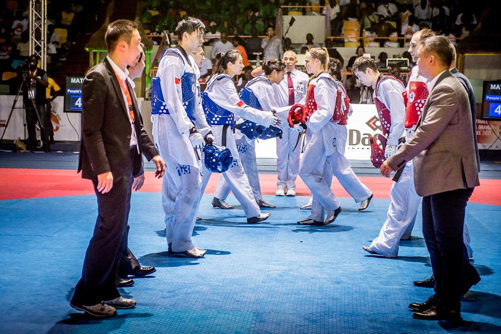 China (left) and 2017 WT Team Championships월드태권도팀선수권에서 중국(파랑)과 러시아(빨강)가 결승 경기후 인사를 나누고있다