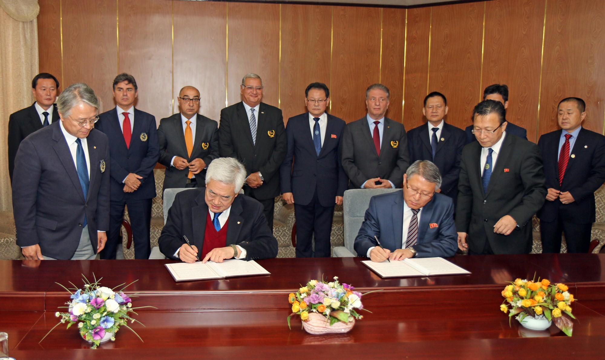 WT President Chungwon Choue (left) and ITF President Ri Yong Son (right) signing WT-ITF agreement at Pyongyang Yanggakdo Internationl Hotel on Nov. 2 2018