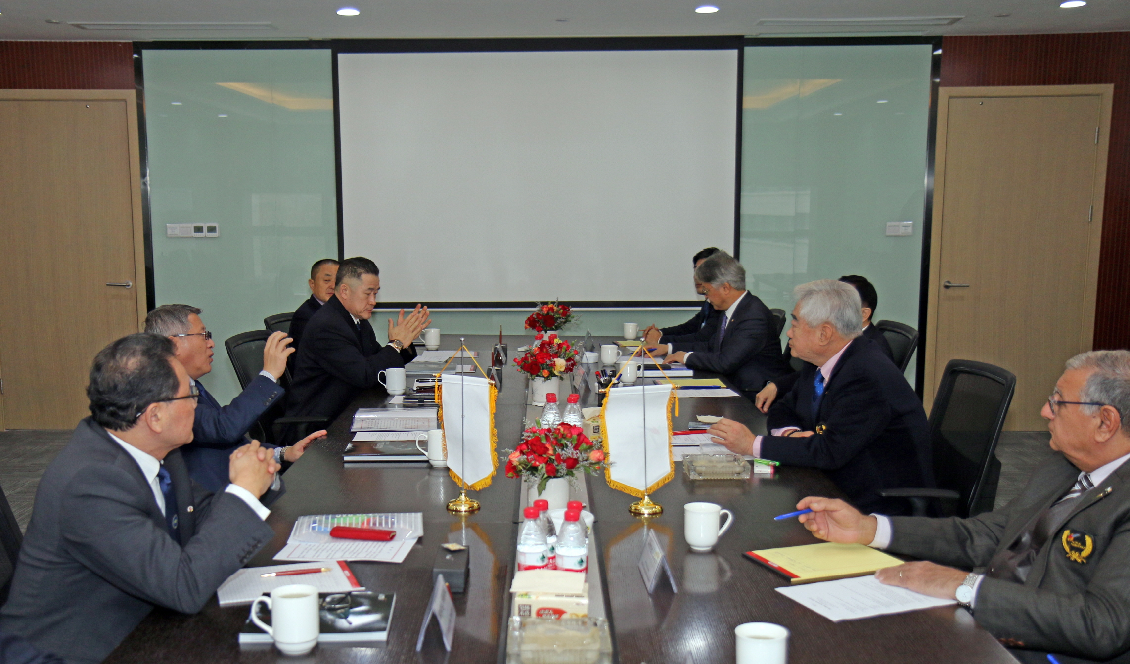 WT President Chungwon Choue (right) and ITF President Yong Son Ri (left) during WT-ITF meeting at Wuxi,China