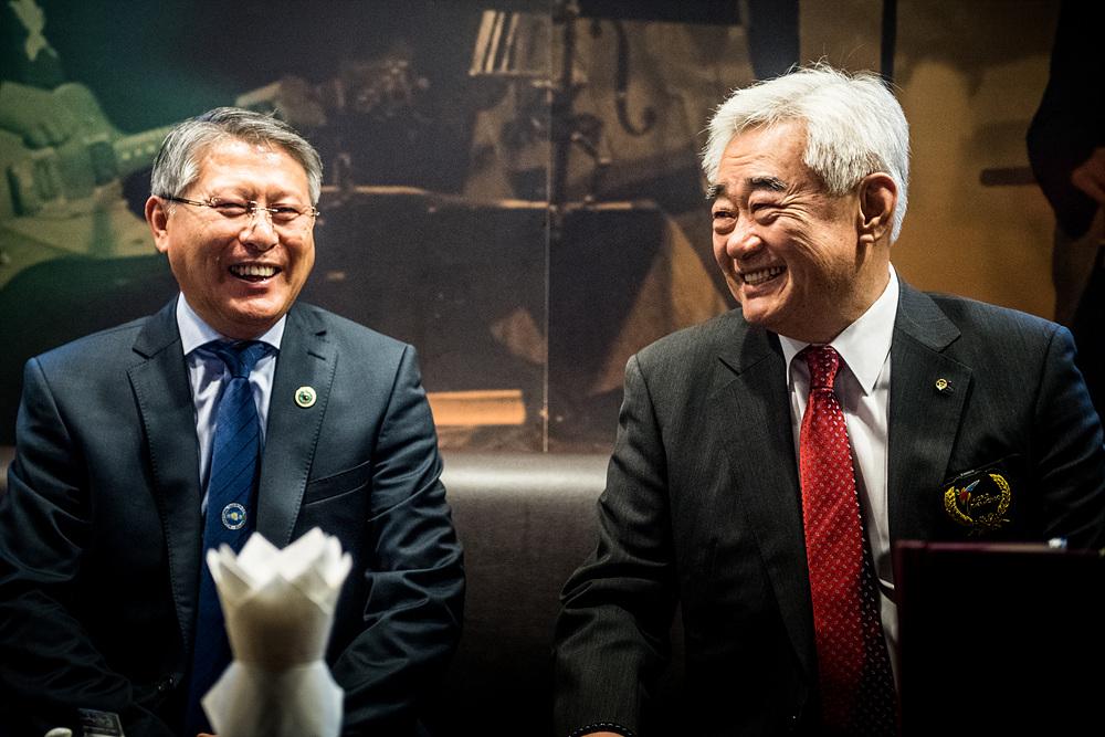 1시범공연 전 환담을 나누고 있는 세계태권도연맹 조정원 총재(오른쪽)와 국제태권도연맹 리용선 총재