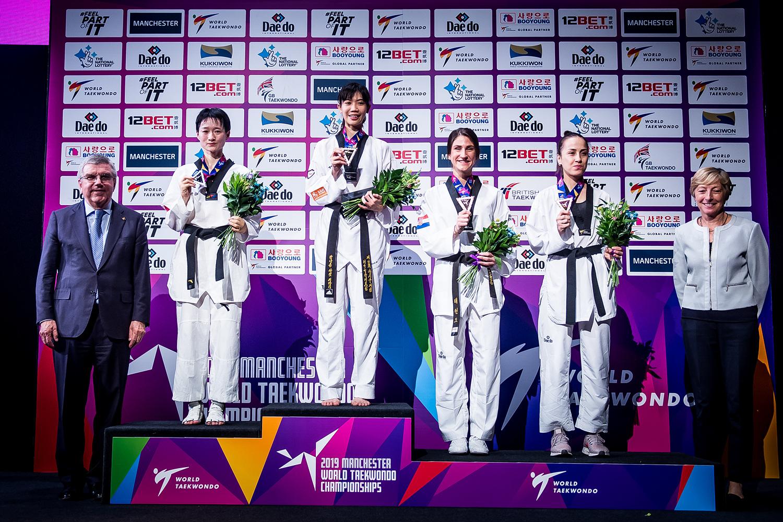 토마스바흐 IOC위원장, 여자 -49Kg 시상식