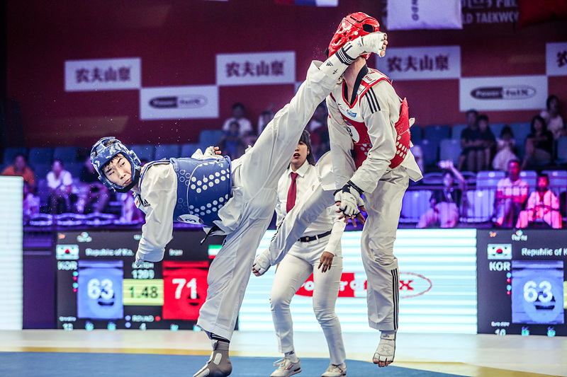박우혁(왼쪽)이 결승 종료 마지막 순간에 머리 회전 발차기 공격을 하고있다