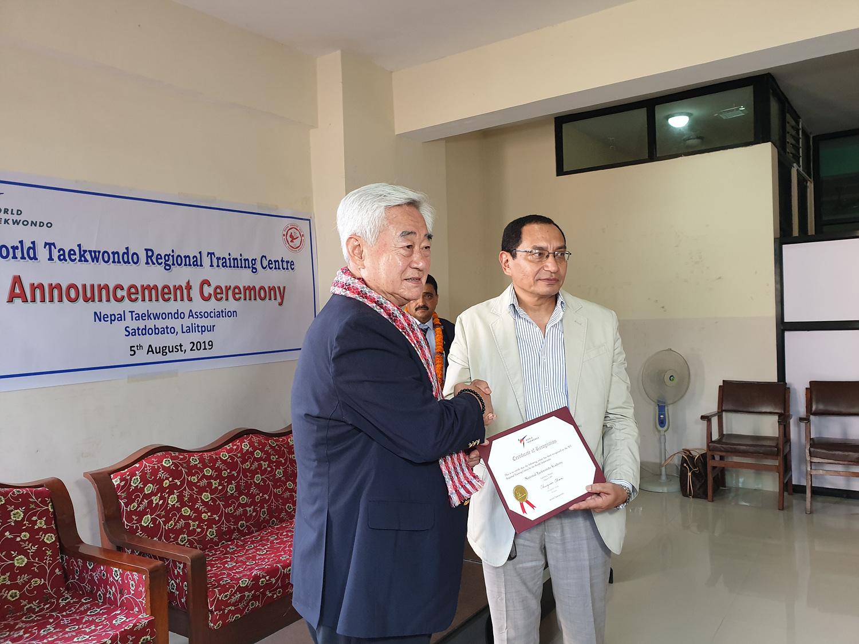 조정원 WT 총재가 프라카스 라나 네팔태권도협회장에게 네팔국립태권도아카데미 WT지역훈련센터 인증증서를 전달하고있다.