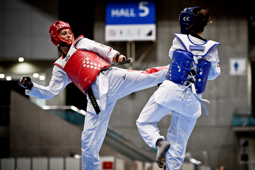 리사(왼쪽)가 상대를 공격하고있다