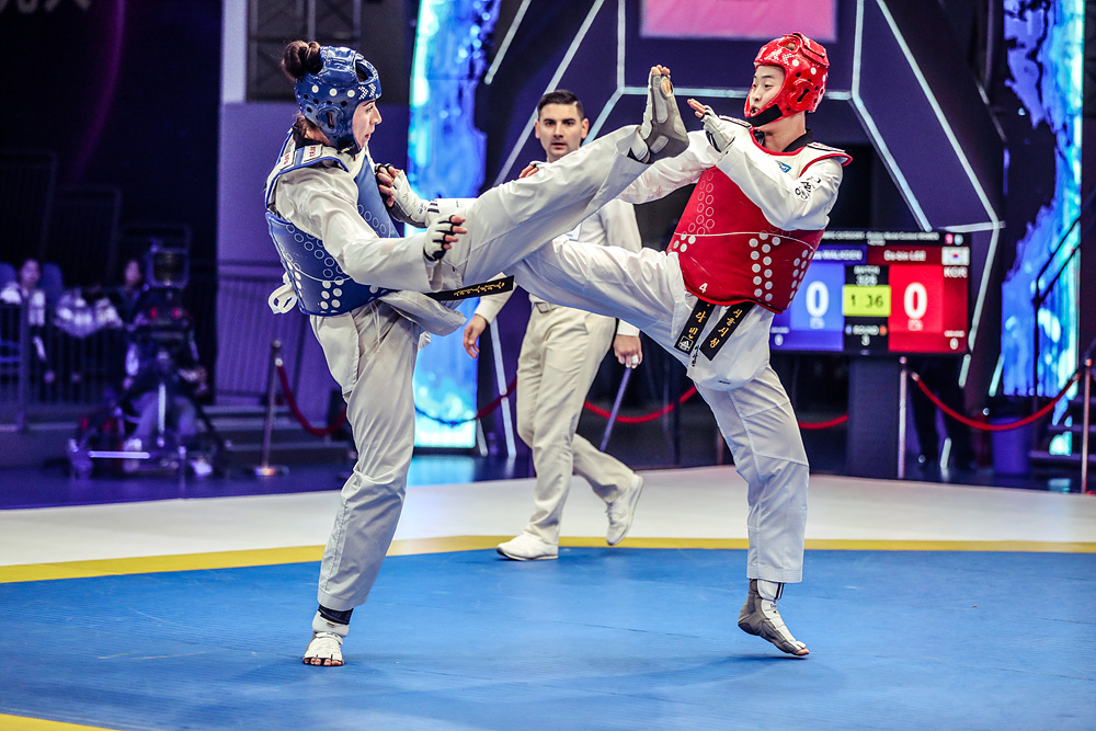 Da-bin Lee (right) attacks opponent at the final